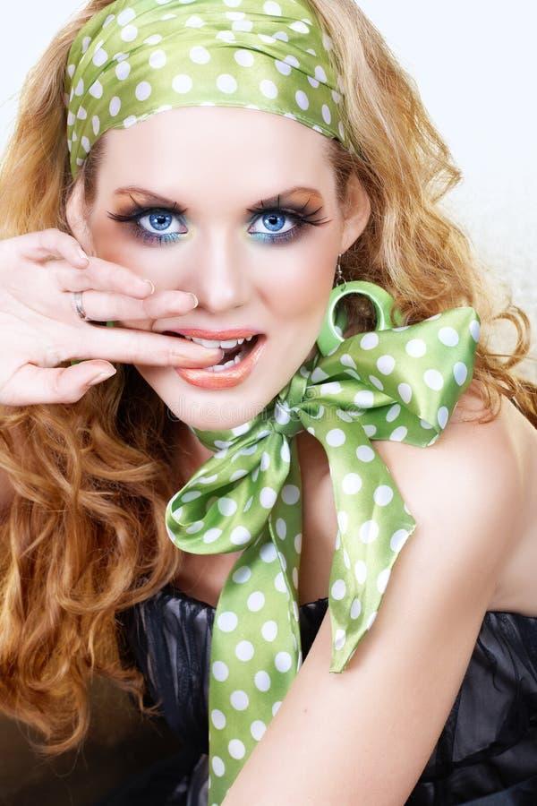 Mulher retro no verde imagens de stock