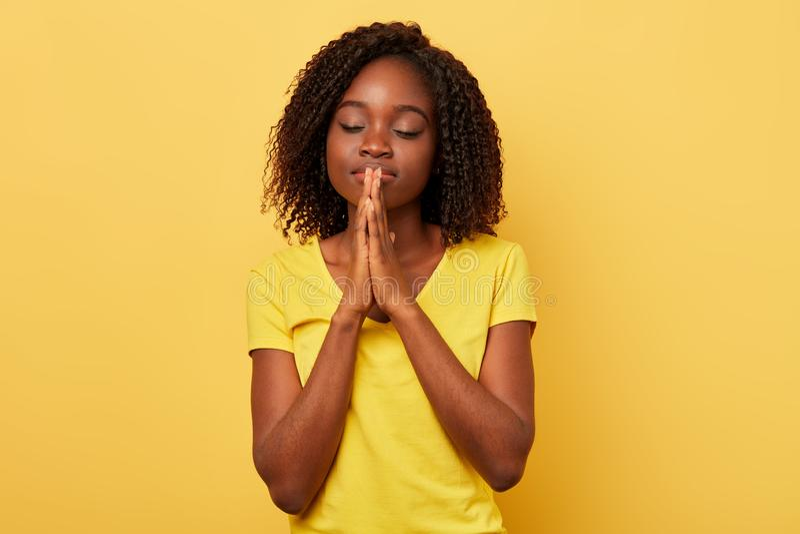 Mulher rezando calma bonita mulher impressionante na roupa à moda que faz um desejo fotos de stock
