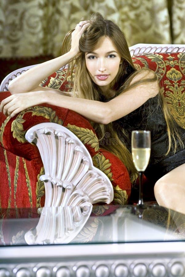 Mulher rica perto de uma mesa de centro foto de stock