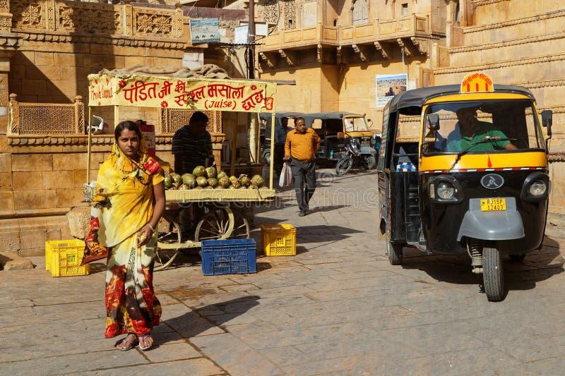 Mulher, riquexós e vendedor do suco no lugar principal de Jaisalmer fotos de stock royalty free