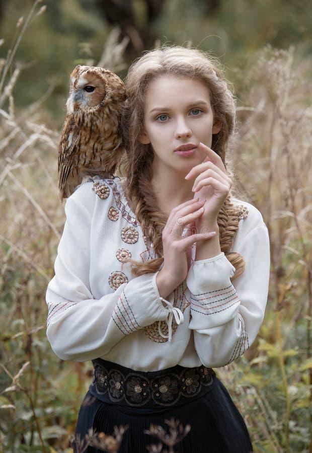 Mulher Romântica Bonita Com Uma Coruja O Pássaro Senta-se ...
