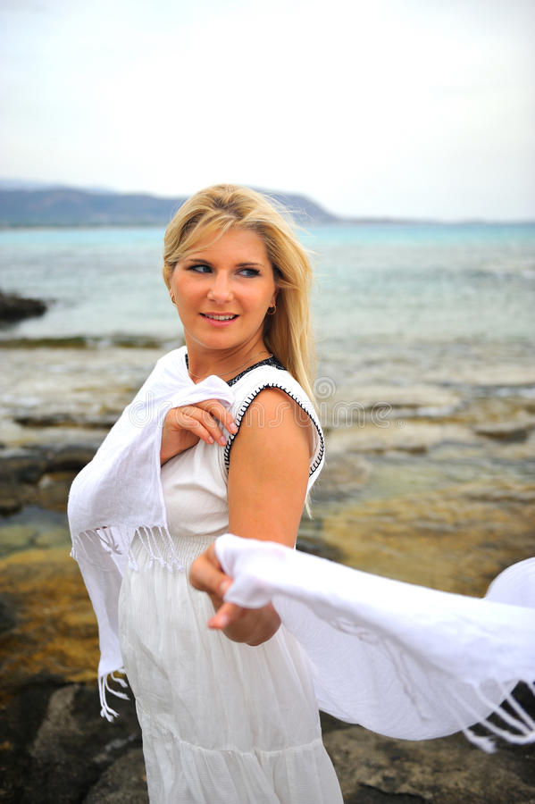 mulher romântica bonita na dança branca do vestido foto de stock royalty free