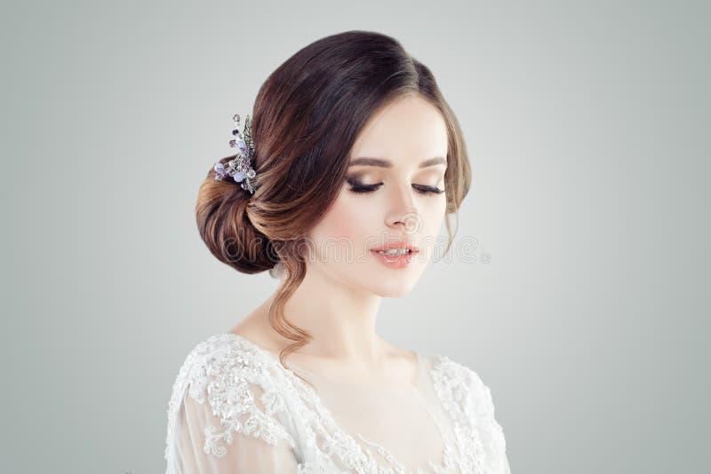 Mulher romântica com cabelo nupcial do updo Close up fêmea da cara fotos de stock royalty free