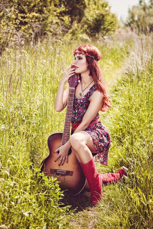 Mulher romântica com sua guitarra fotos de stock royalty free