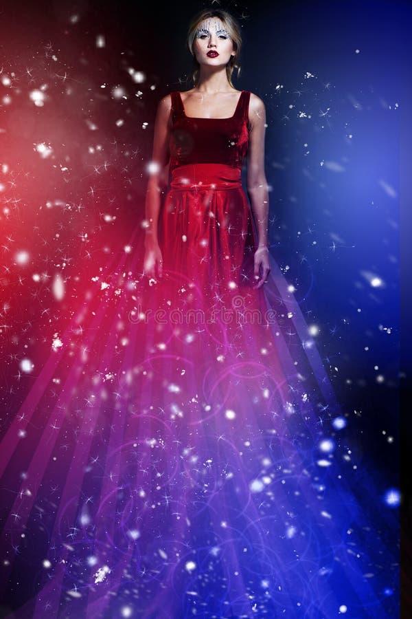 Mulher romântica da beleza no vestido vermelho elegante foto de stock royalty free