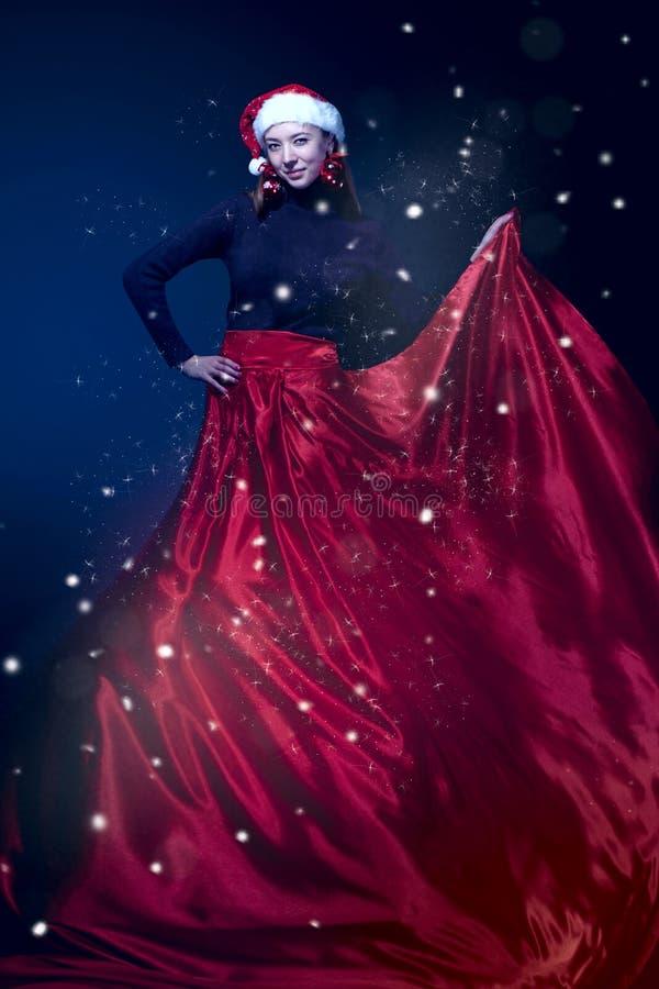 Mulher romântica da beleza no vestido vermelho elegante. Composição profissional foto de stock royalty free
