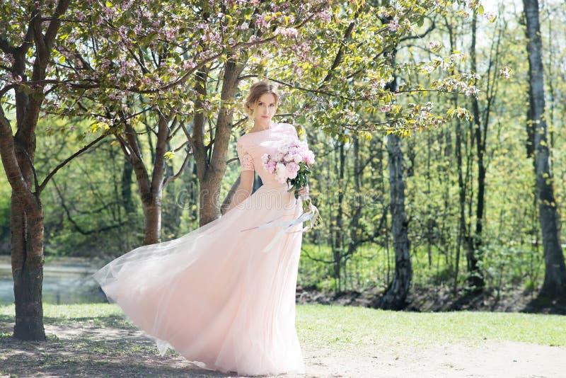 A mulher romance guarda o ramalhete de peônias cor-de-rosa Bridesmade, noiva imagens de stock