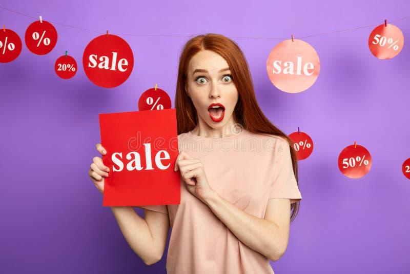 Mulher ruivo emocional nova surpreendida devido à venda grande fotos de stock royalty free