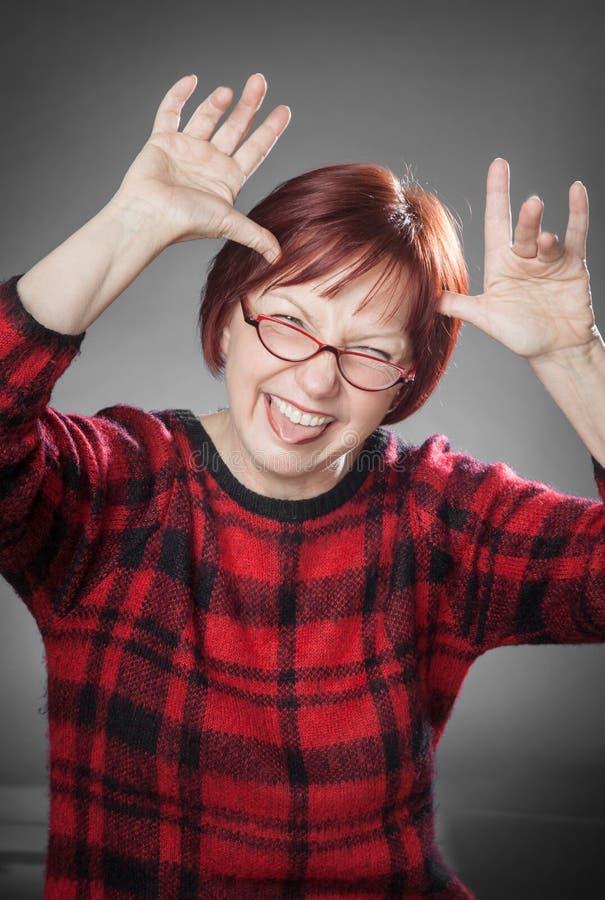 Mulher ruivo, retrato, sujando ao redor, colando para fora a tonelada fotografia de stock royalty free