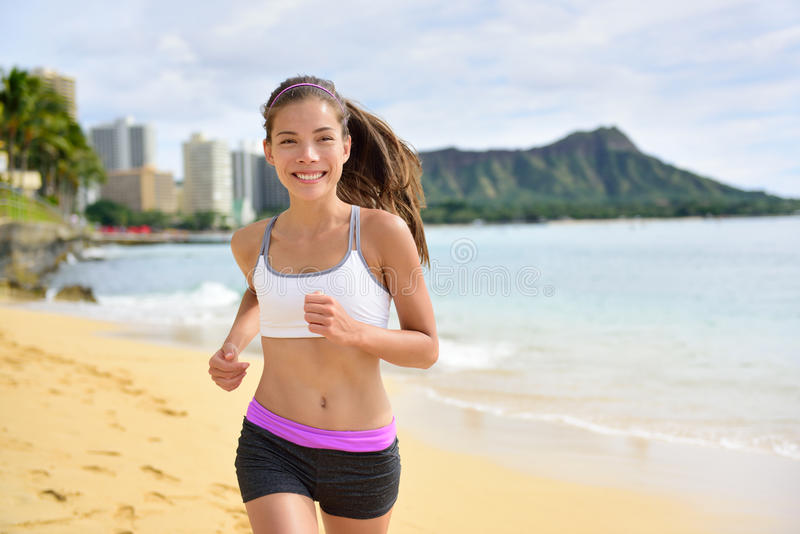 Mulher running da aptidão do esporte que movimenta-se na corrida da praia imagens de stock