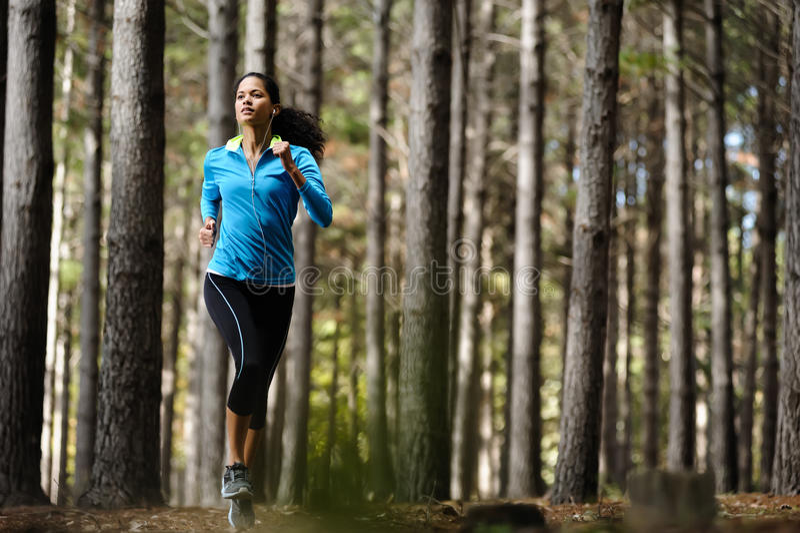 Mulher running da floresta imagens de stock royalty free