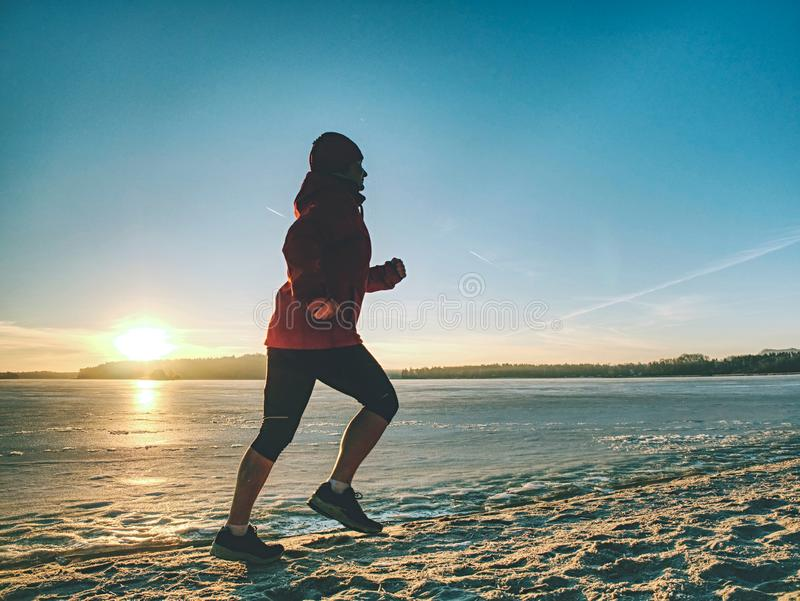 Mulher Running do esporte Corredor f?mea que movimenta-se na ba?a do inverno imagem de stock royalty free