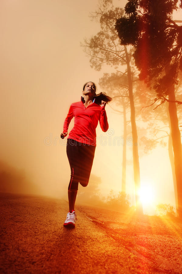 Mulher running do nascer do sol imagens de stock