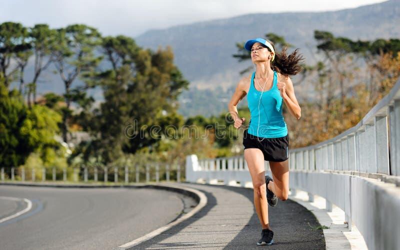 Mulher running do passeio fotografia de stock