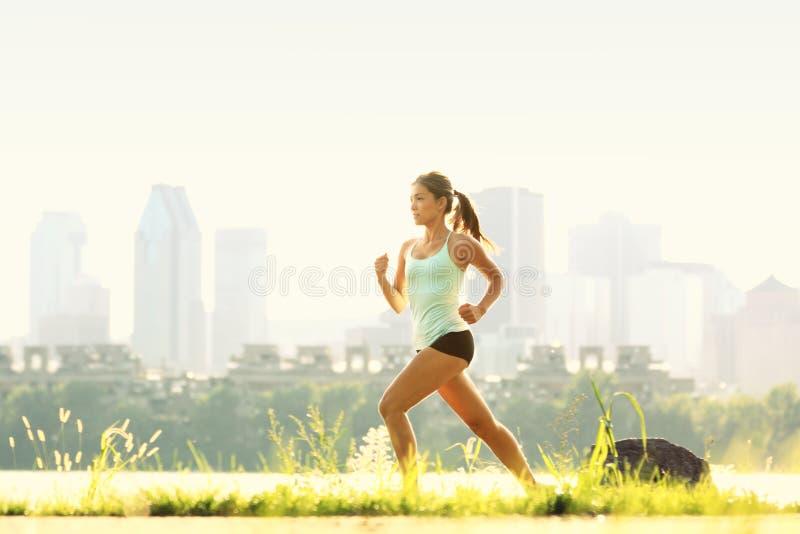 Mulher Running no parque da cidade foto de stock