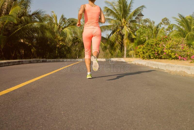 Mulher running no treinamento do verão Modelo da aptidão do esporte em desportivo fotografia de stock