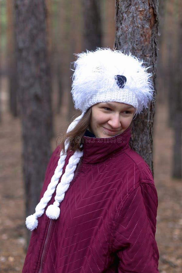 Mulher rural bonito na floresta do outono foto de stock royalty free