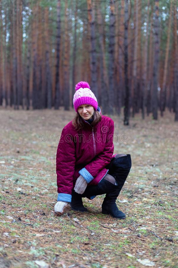 Mulher rural bonito na floresta do outono fotografia de stock royalty free