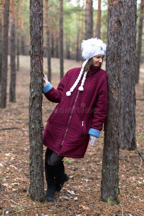 Mulher rural bonito na floresta do outono imagem de stock royalty free