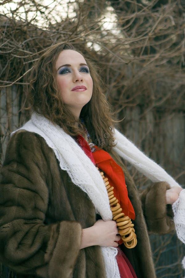 Mulher russian nova em um casaco de pele foto de stock