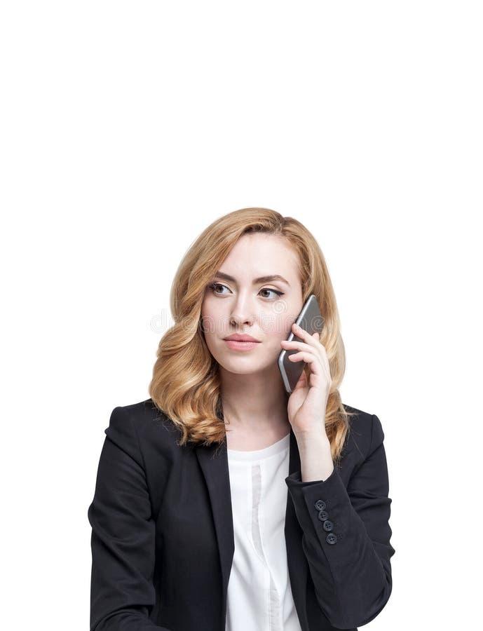 Mulher séria do gengibre no telefone, isolado imagens de stock