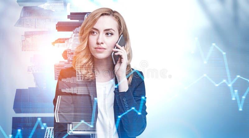 A mulher séria do gengibre no telefone na cidade, representa graficamente imagem de stock