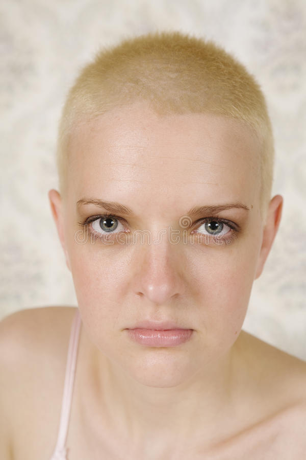 Mulher séria loura do cabelo curto imagem de stock royalty free