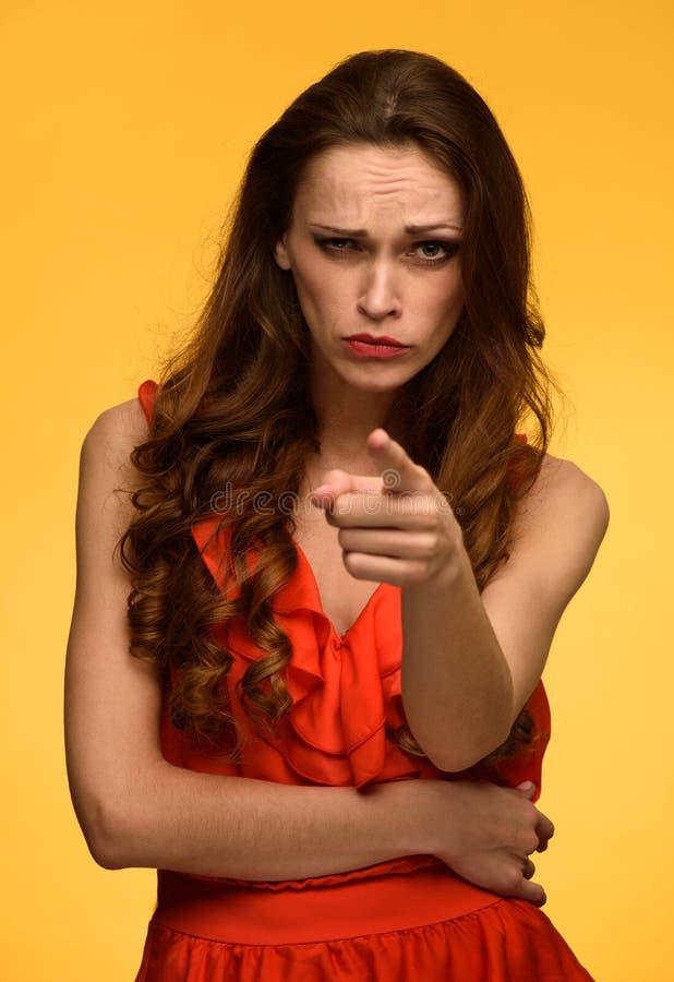 Mulher séria que aponta o dedo em você fotos de stock royalty free