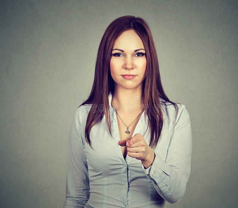 Mulher séria que aponta o dedo em você fotografia de stock royalty free