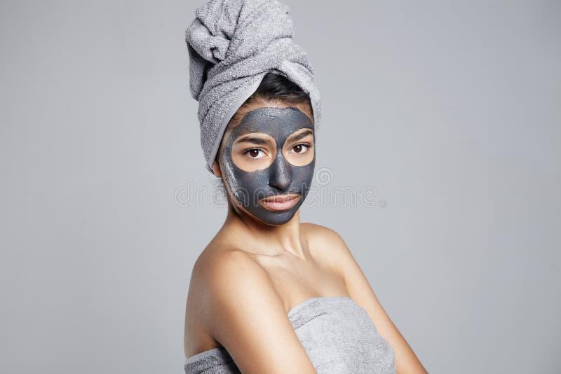 Mulher séria que faz o tratamento facial fotos de stock royalty free