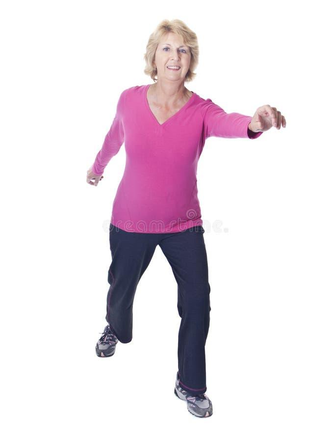 Mulher sênior ativa no exercício do exercício foto de stock