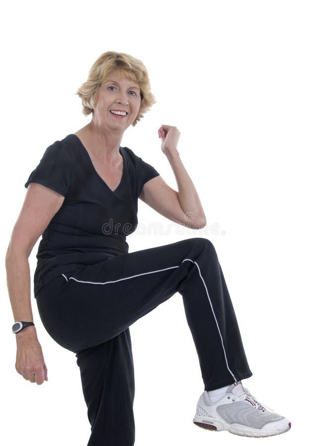 Mulher sênior ativa que faz o aerobics foto de stock royalty free
