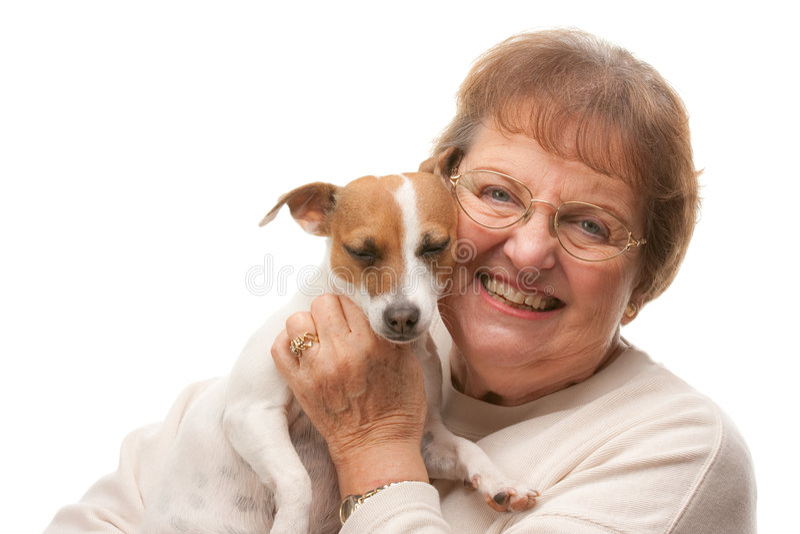 Mulher sênior atrativa feliz com filhote de cachorro imagem de stock royalty free