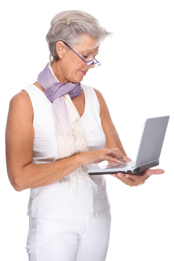 Mulher sênior com caderno imagens de stock royalty free