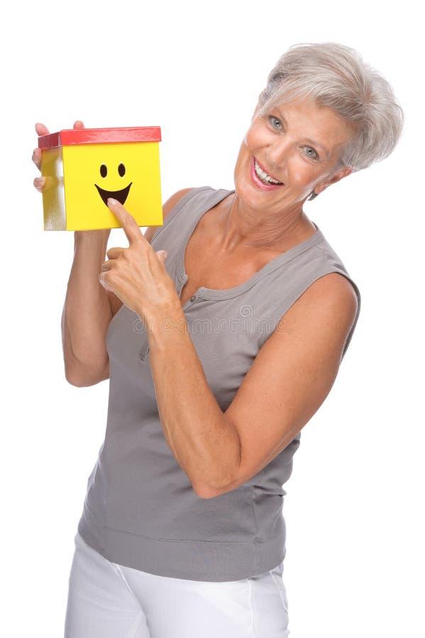 Mulher sênior com caixa imagem de stock royalty free
