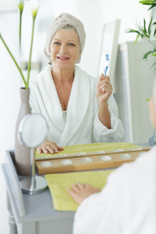 Mulher sênior com escova de dentes foto de stock royalty free