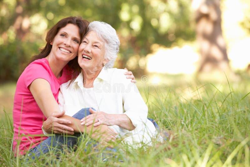 Mulher sênior com a filha adulta no parque fotografia de stock