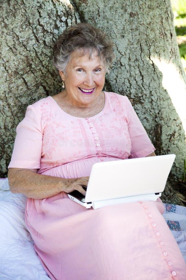 Mulher sênior com Netbook fotografia de stock royalty free