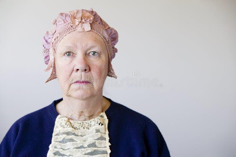 Mulher sênior com um chapéu do vintage foto de stock royalty free