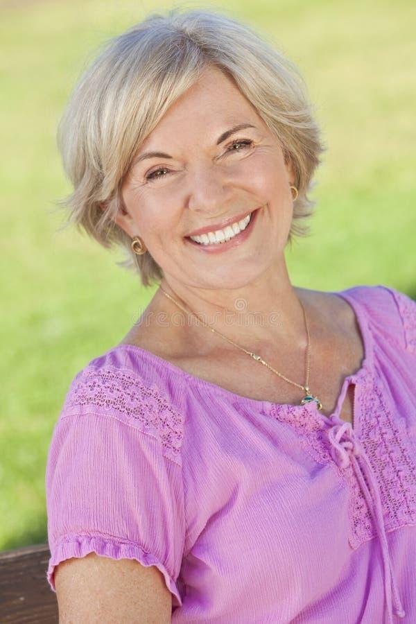 Mulher sênior de sorriso atrativa imagem de stock royalty free