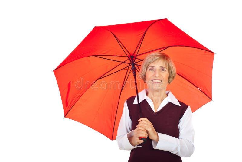 Mulher sênior de sorriso com guarda-chuva imagem de stock