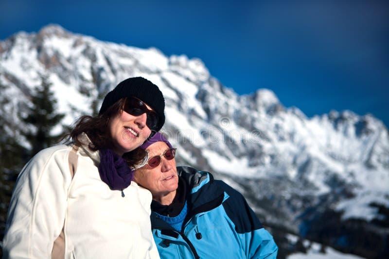 Mulher sênior e nova no winterwonderland imagens de stock royalty free
