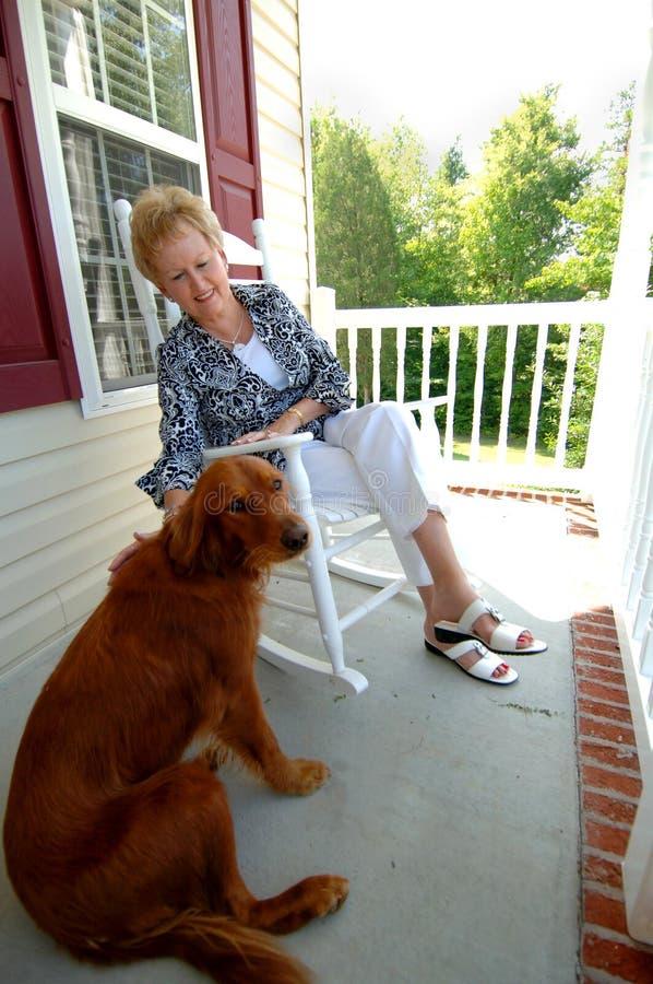 Mulher sênior e seu cão fotografia de stock royalty free