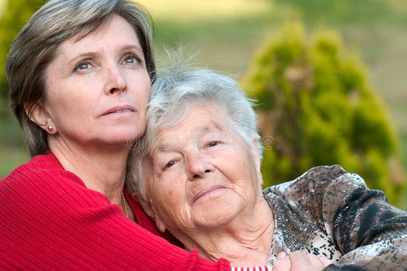 Mulher sênior e sua filha. fotografia de stock