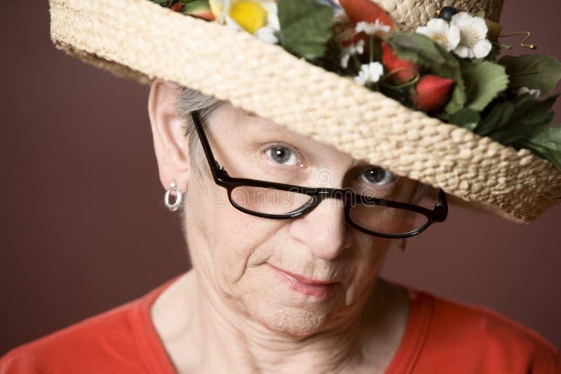 Mulher sênior em um chapéu de palha imagem de stock royalty free