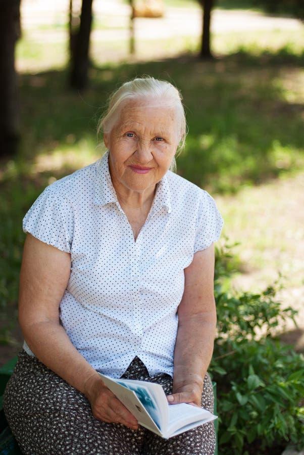 Mulher sênior feliz imagem de stock royalty free