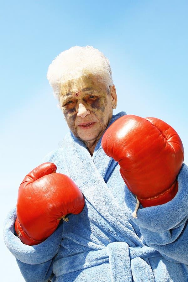 Mulher sênior ferida do encaixotamento fotografia de stock