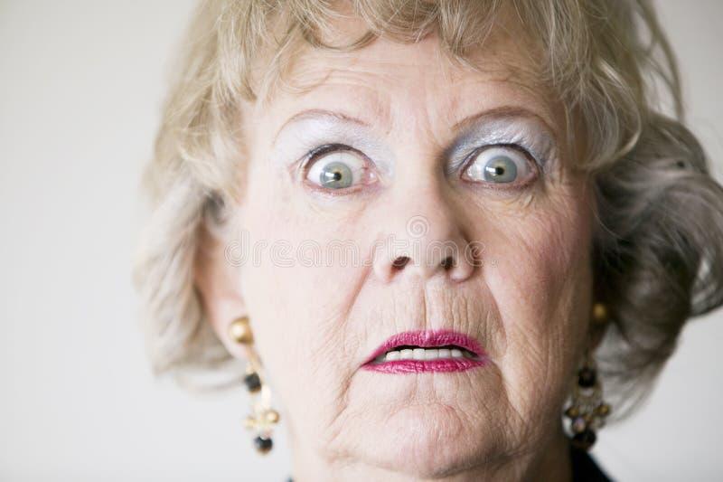 Mulher sênior horrorizada imagem de stock