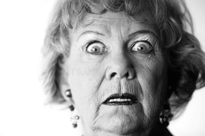 Mulher sênior horrorizada fotografia de stock