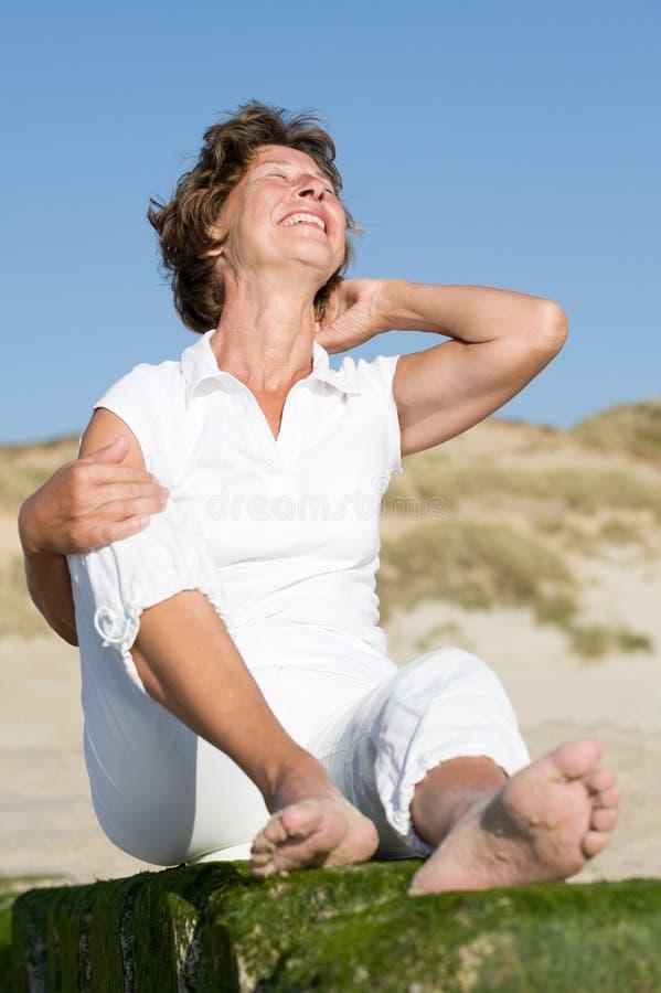 Mulher sênior na praia imagem de stock